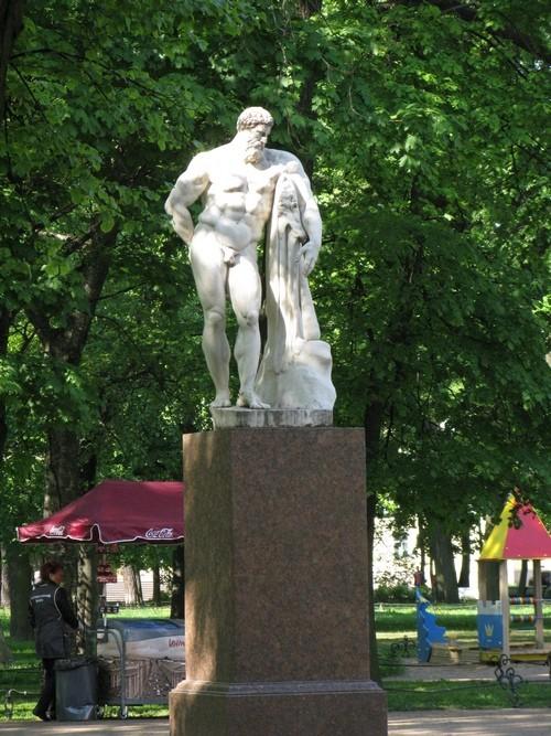 Геракл в Александровском шагу