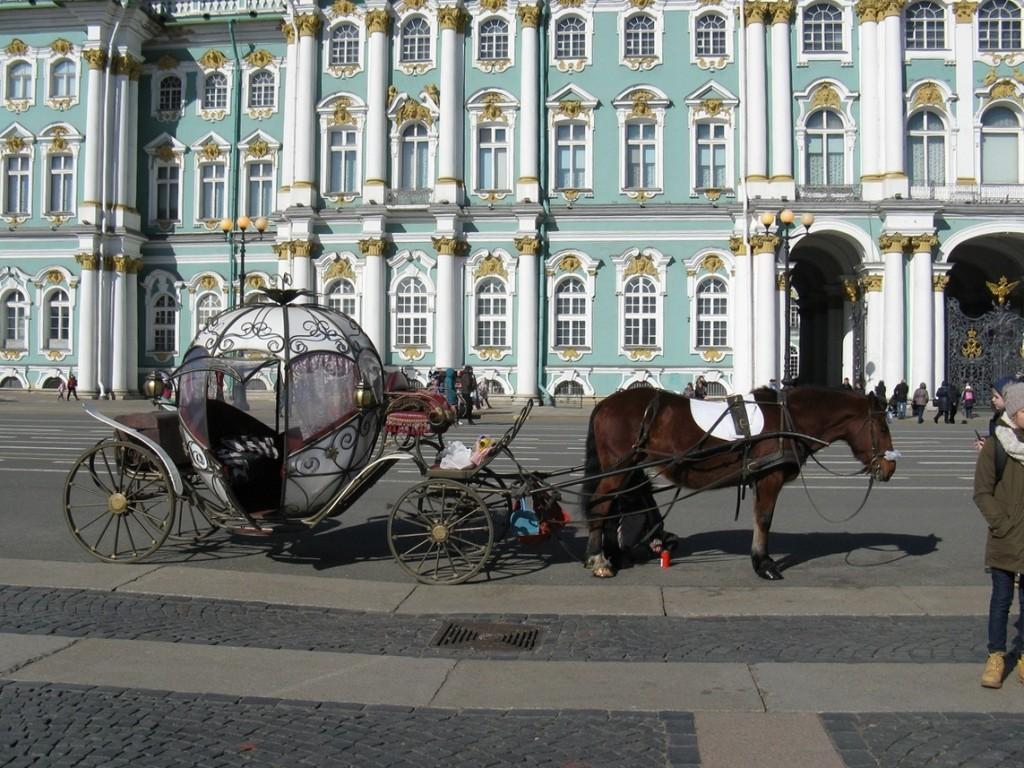 Прогулочный экипаж на Дворцовой площади