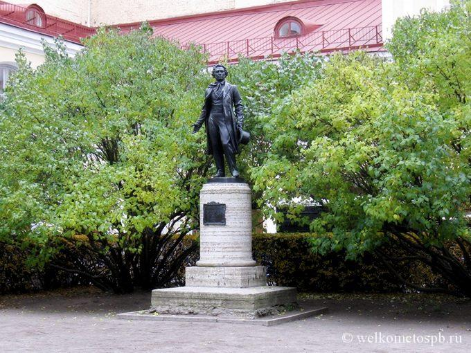 Памятник А. С. Пушкину во дворе музея