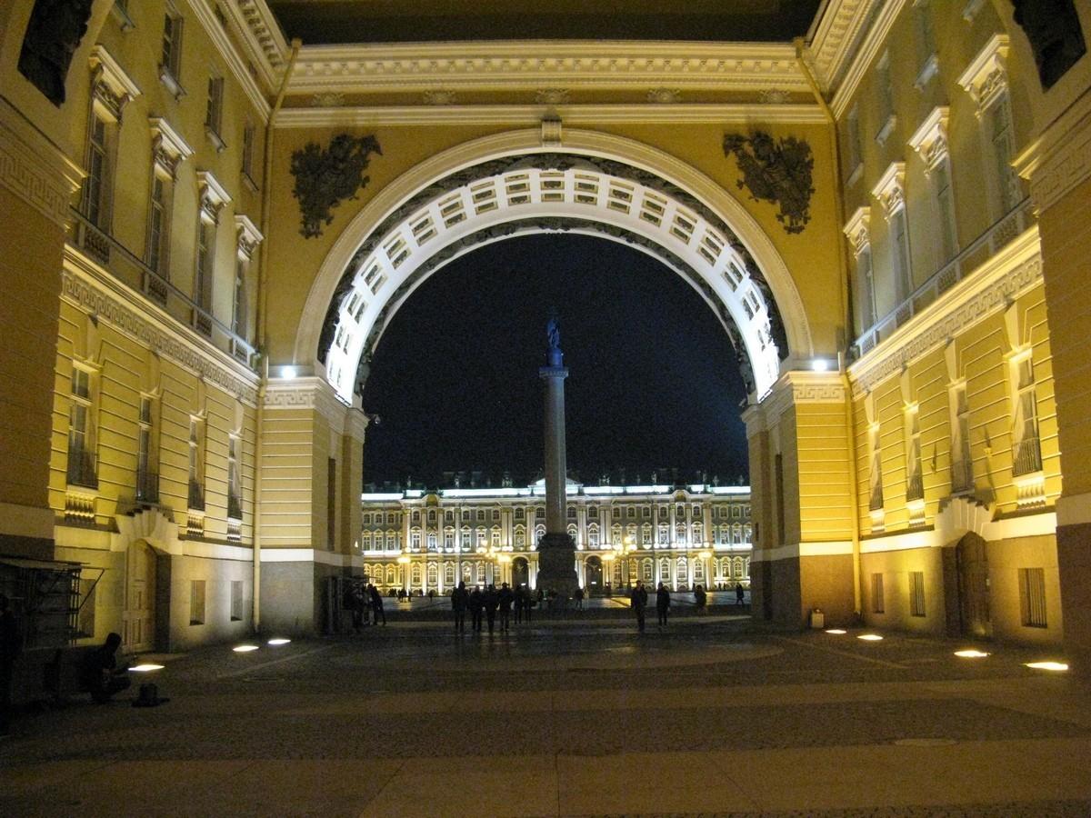 Дворцовая площадь. Вид через арку Главного штаба