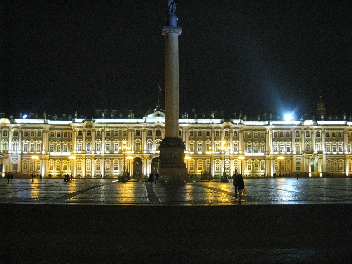Эрмитаж и Дворцовая площадь ночью.