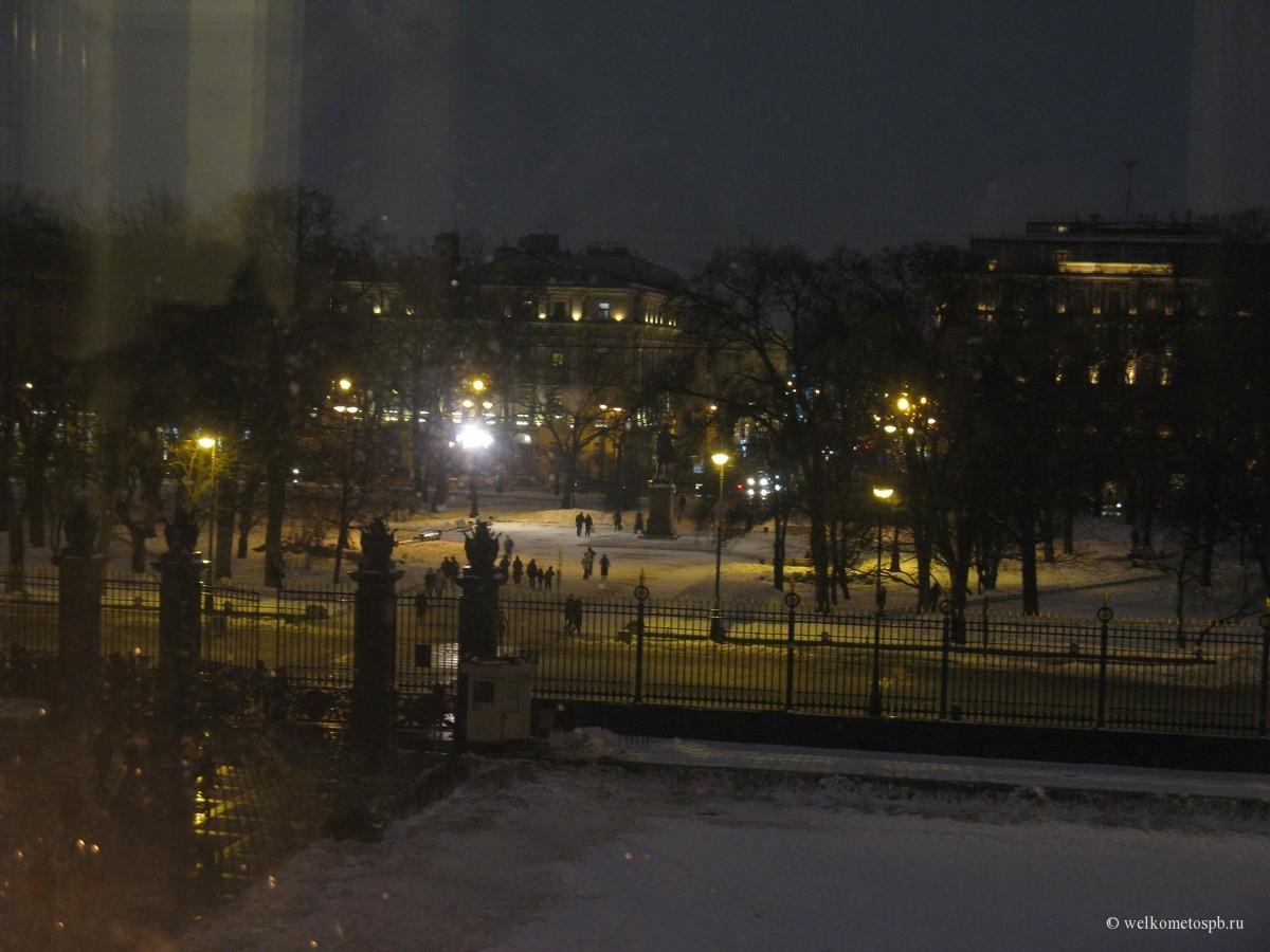 Площадь искусств ночью