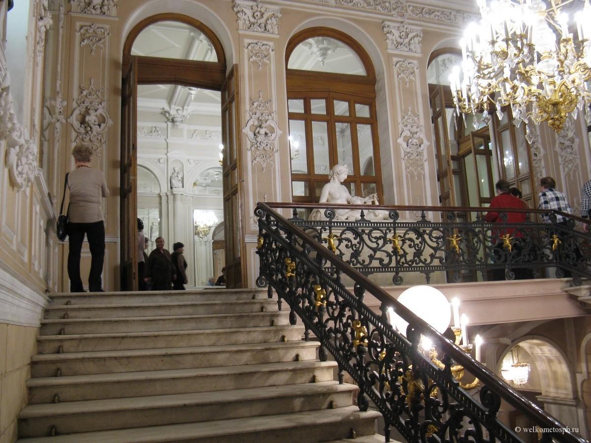 Лестница в театре музкомедии