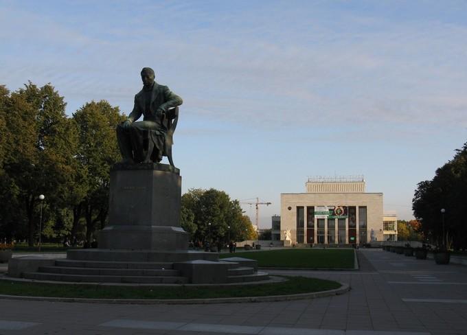 Пионерская площадь. ТЮЗ и памятник А.С.Грибоедову