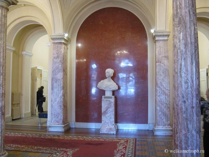 Вестибюль Мариинского дворца. Бюст Великой княгини Марии Николаевны