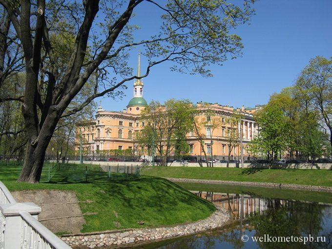 Михайловский замок со стороны Михайловского сада 6 мая