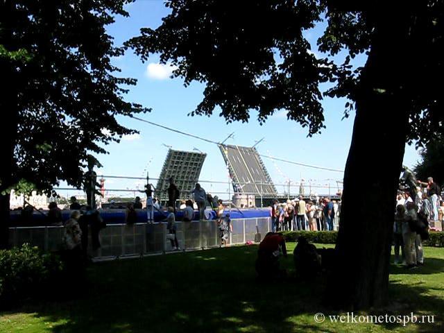 Разведение мостов в день ВМФ