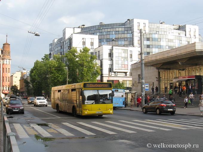 Автобус у метро Чкаловская