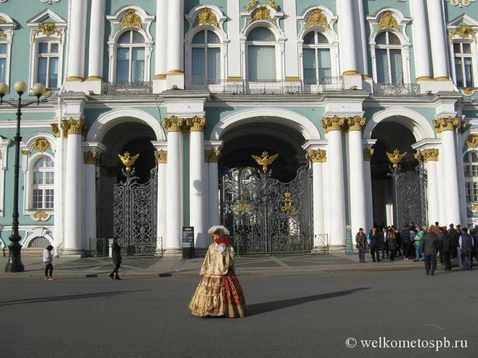 Вход в Эрмитаж с Дворцовой площади